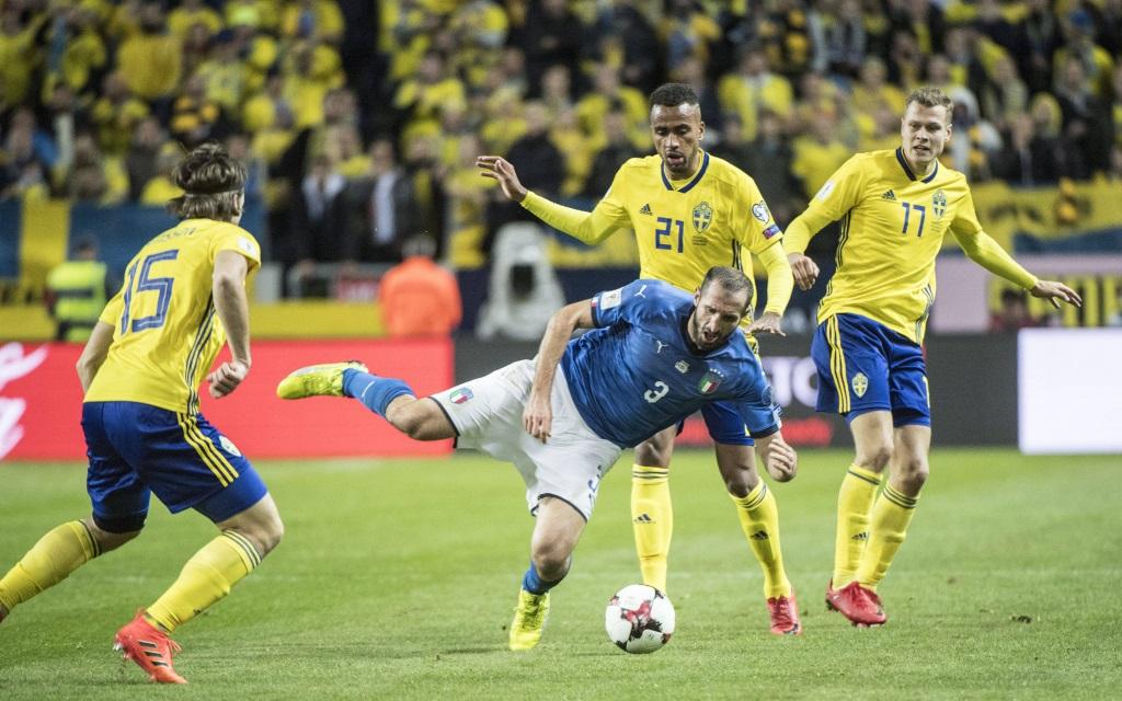 Giorgio Chiellini muss sich gegen drei Schweden behaupten im Playoff-Spiel Italien - Schweden.