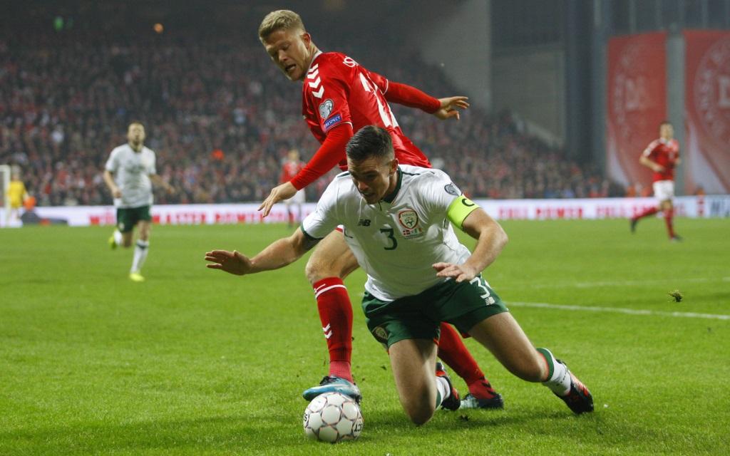 Andreas Cornelius und Ciaran Clark im Playoff-Duell Dänemark - Irland.