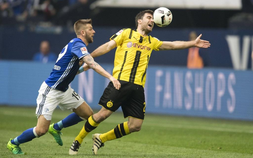 Guido Burgstaller im Zweikampf mit Sokratis im Spiel FC Schalke 04 - Borussia Dortmund.