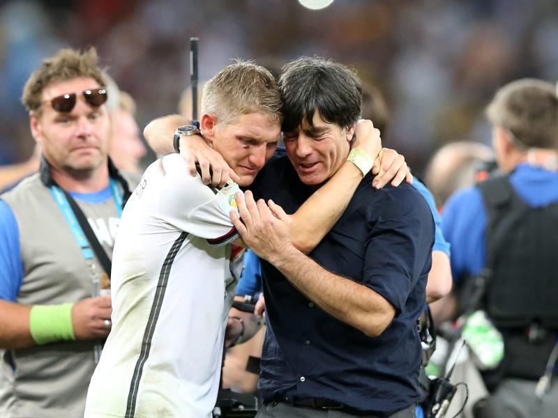 Bastian Schweinsteiger und Bundestrainer Joachim Löw nach dem Gewinn der WM 2014