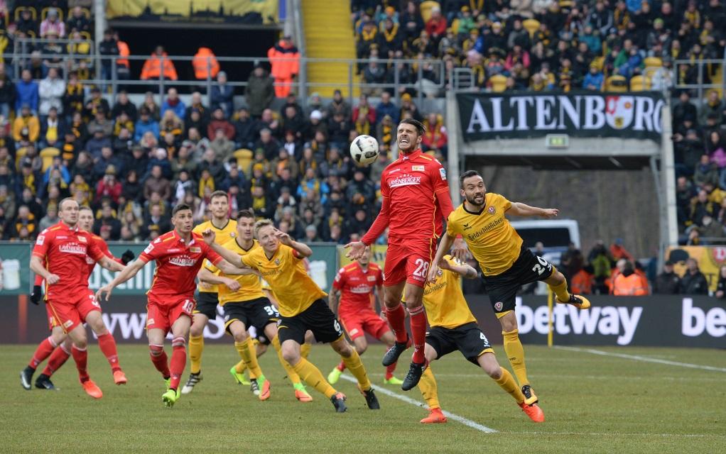 Christopher Trimmel im Kopfballduell mit Fabian Müller im Spiel Dynamo Dresden - Union Berlin.