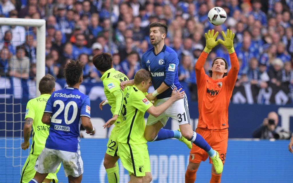 Marwin Hitz versucht den Ball abzufangen im Spiel FC Schalke - FC Augsburg.
