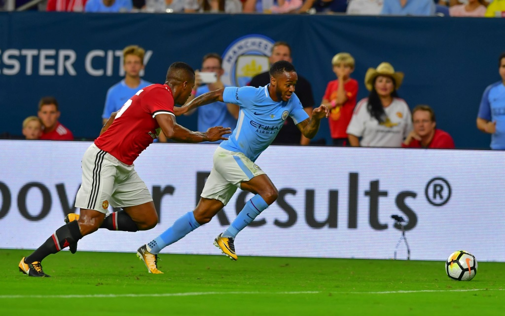Raheem Sterling im Laufduell mit Antonio Valencia im Spiel Manchester City - Manchester United in Houston/Texas.