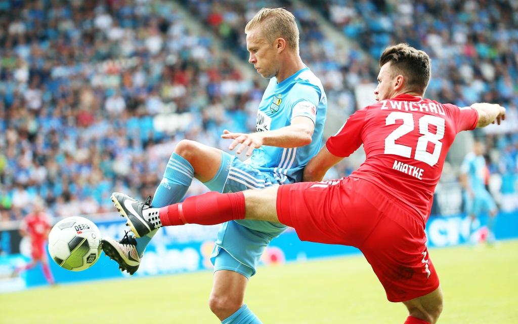 Dennis Grote im Zweikampf mit Nils Miatke im Ligaspiel Chemnitzer FC - FSV Zwickau.