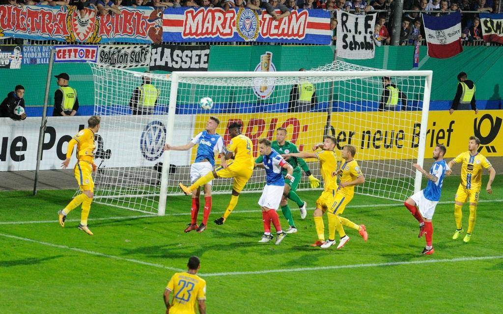 Kopfballchance von Marvin Duksch im Pokalspiel Holstein Kiel - Eintracht Braunschweig.