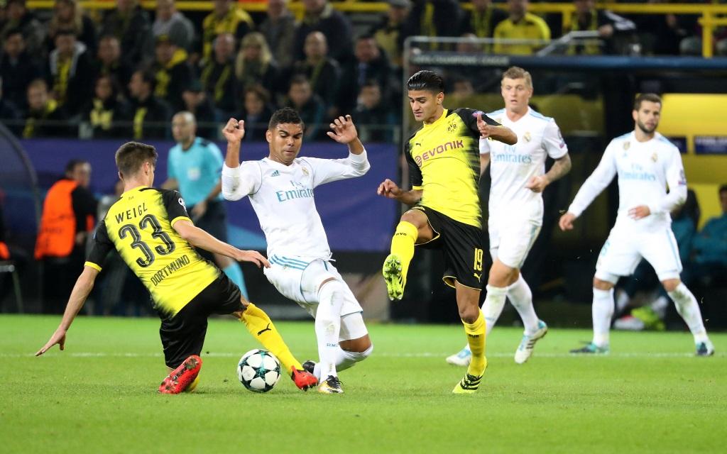 Julian Weigl und Mo Dahoud bedrängen Casemiro im Spiel Borussia Dortmund - Real Madrid.