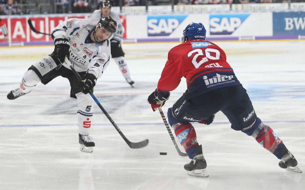 Beim letzten Heimspiel haben die Adler Mannheim Straubing mit 5:2 geschlagen.