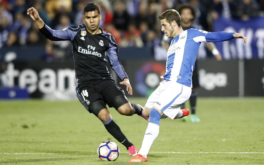 Ruben Perez von CD Leganes wird von Real Madrids Casemiro bedrängt.