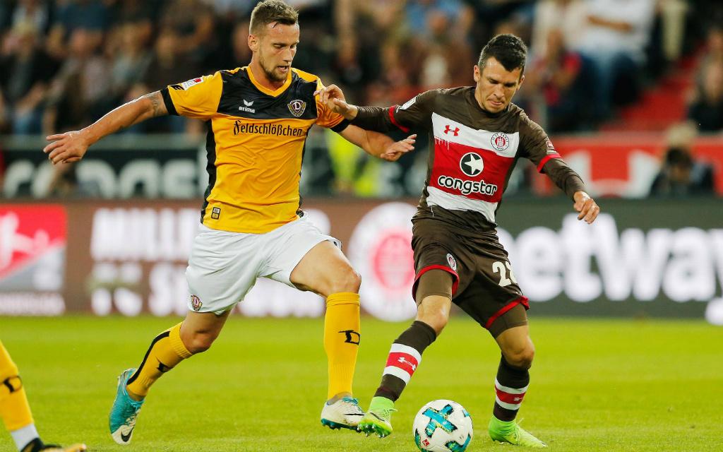 Imago/Philipp Szyza: Im Hinspiel schenkten sich Dynamo Dresden (Manuel Konrad, l.) und der FC St. Pauli (Waldemar Sobota) beim 2:2 nichts.