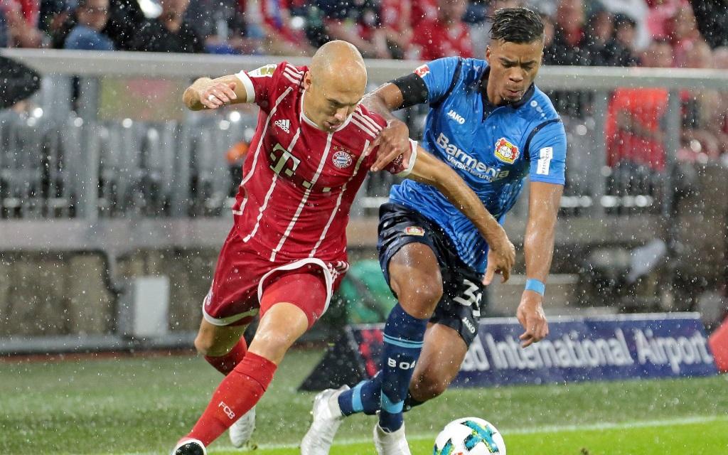 Bayern gegen Bayer: Arjen Robben und Benjamin Henrichs im Laufduell am 1. Spieltag zwischen FC Bayern München und Bayer Leverkusen Saison 2017/18,