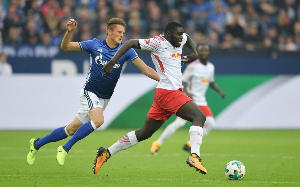 Dayot Upamecano im Laufduell mit Fabian Reese im Ligaspiel FC Schalke - RB Leipzig am 1. Spieltag der Saison 2017/18.