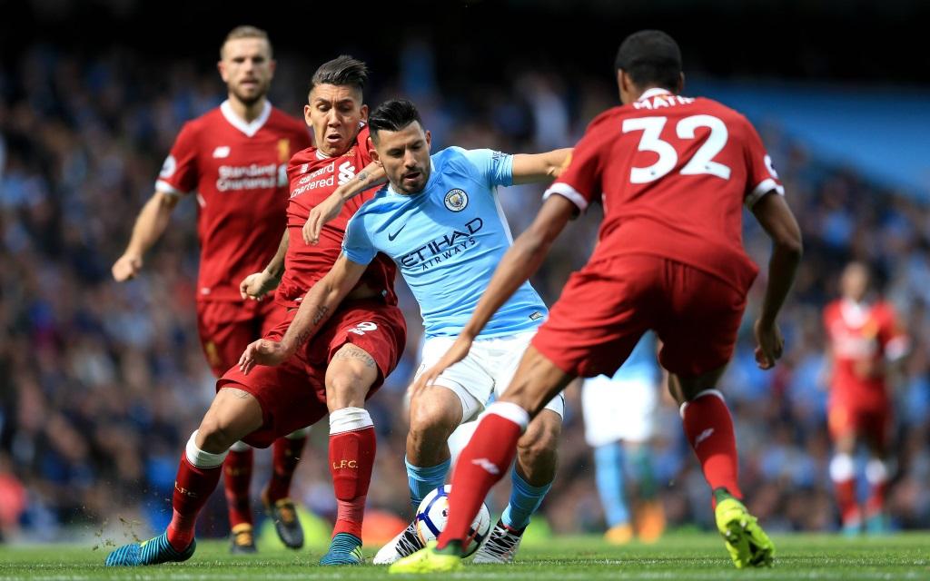 Sergio Agüero wird von Roberto Firmino und Joel Matip bedrängt im Spiel Manchester City - FC Liverpool.
