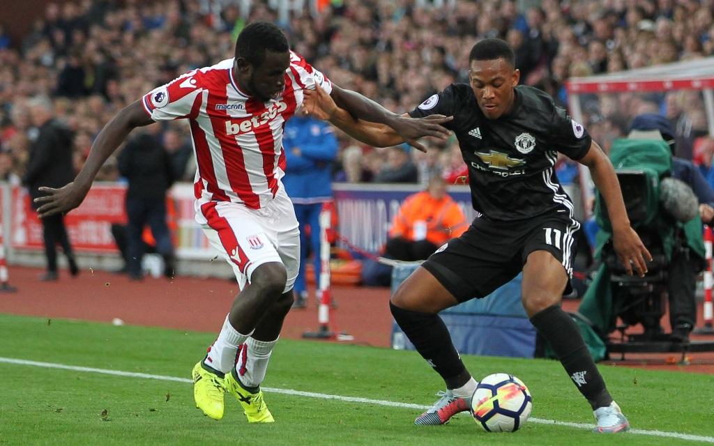 Mame Diouf im Zweikampf mit Anthony Martial im Ligaspiel Stoke City und Manchester United in der Saison 2017/18.
