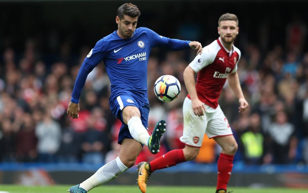 Alavaro Morata führt den Ball im Spiel FC Chelsea - FC Arsenal.