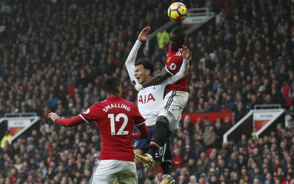 Dele Alli im Kopfballduell mit Eric Bailly im Spiel Manchester United - Tottenham Hotspur.