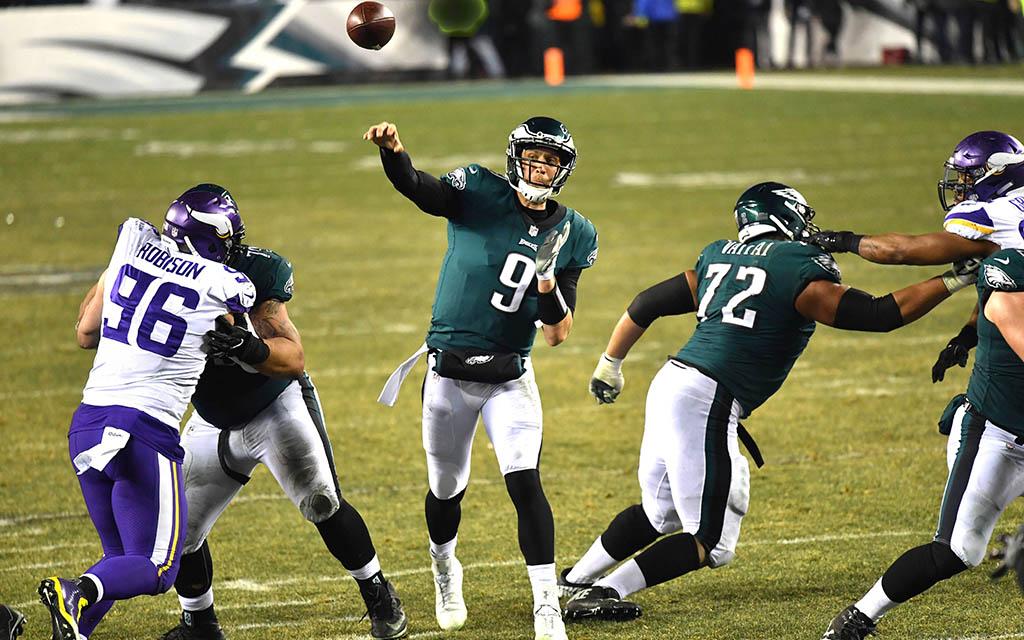 Super Bowl 52: Philadelphias Quarterback Foles (M.) mit dem Pass auf Wide Receive Jefferey (nicht im Bild)