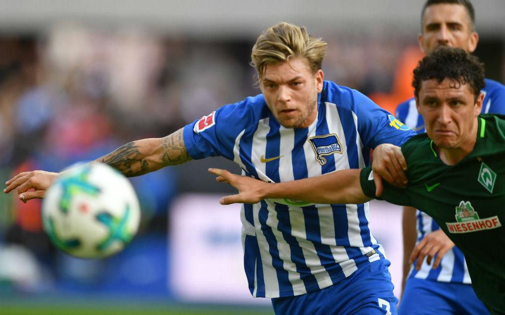 Hertha gegen Werder in der Hinrunde: Zweikampf zwischen Esswein (l.) und Veljkovic.