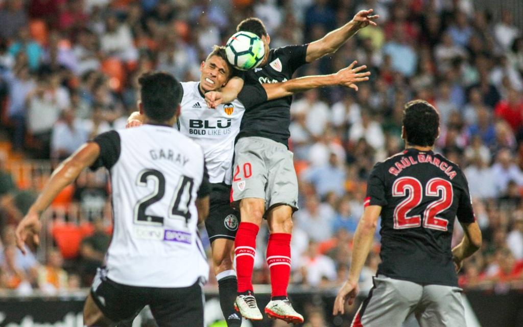 Aduriz und Gabriel Paulista im Kopfballduell im Spiel FC Valencia - Athletic Bilbao Saison 2017/18.