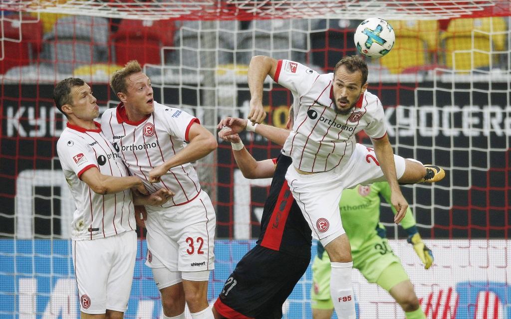 Fortuna Düsseldorf verteidigt im Ligaspiel gegen Jahn Regensburg in der Saison 2017/18.