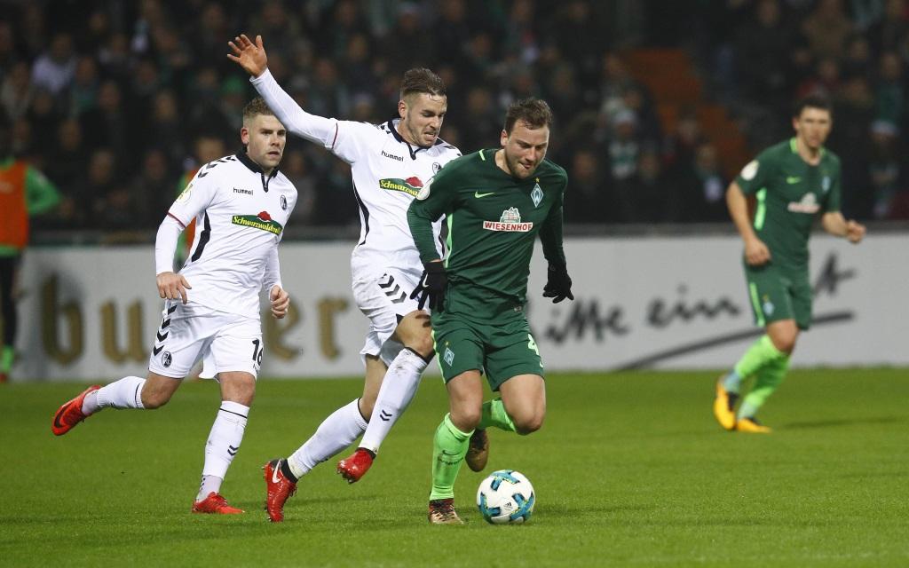 Philipp Bargfrede führt den Ball im Spiel Werder Bremen - SC Freiburg im Pokal-Achtelfinale der Saison 2017/18.