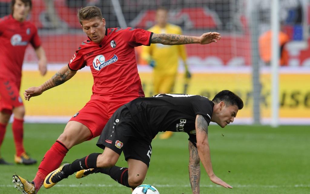 Freiburg – Leverkusen: Mike Frantz bringt Charles Aranguiz zu Fall.