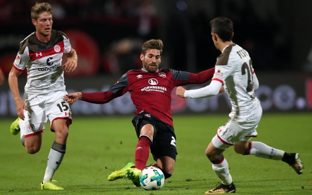 Daniel Buballa und Waldemar Sobota bedrängen Enrico Valentini im Spiel 1. FC Nürnberg - FC St. Pauli.