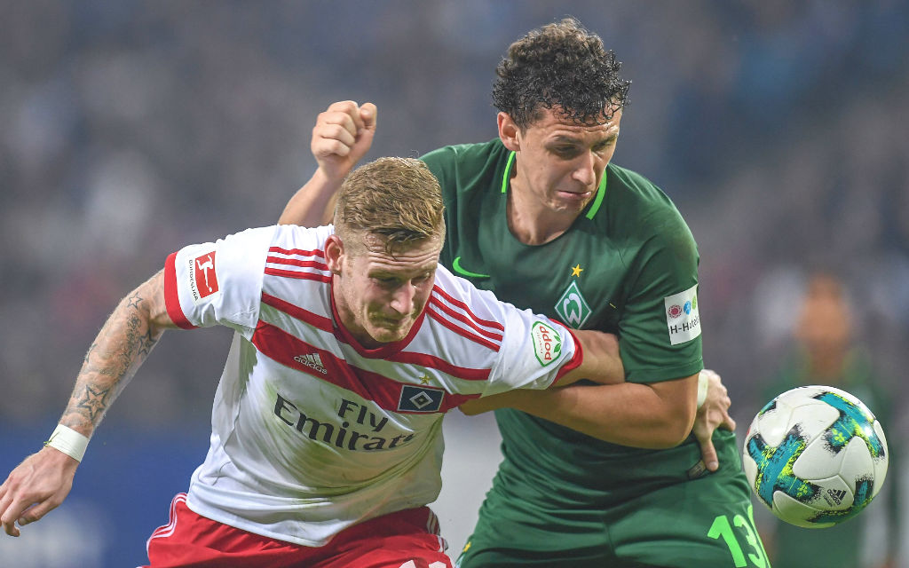 Das erste Nordderby dieser Saison endete in Hamburg 0:0, hier Andre Hahn (l., HSV) gegen Werders Milos Veljkovic.