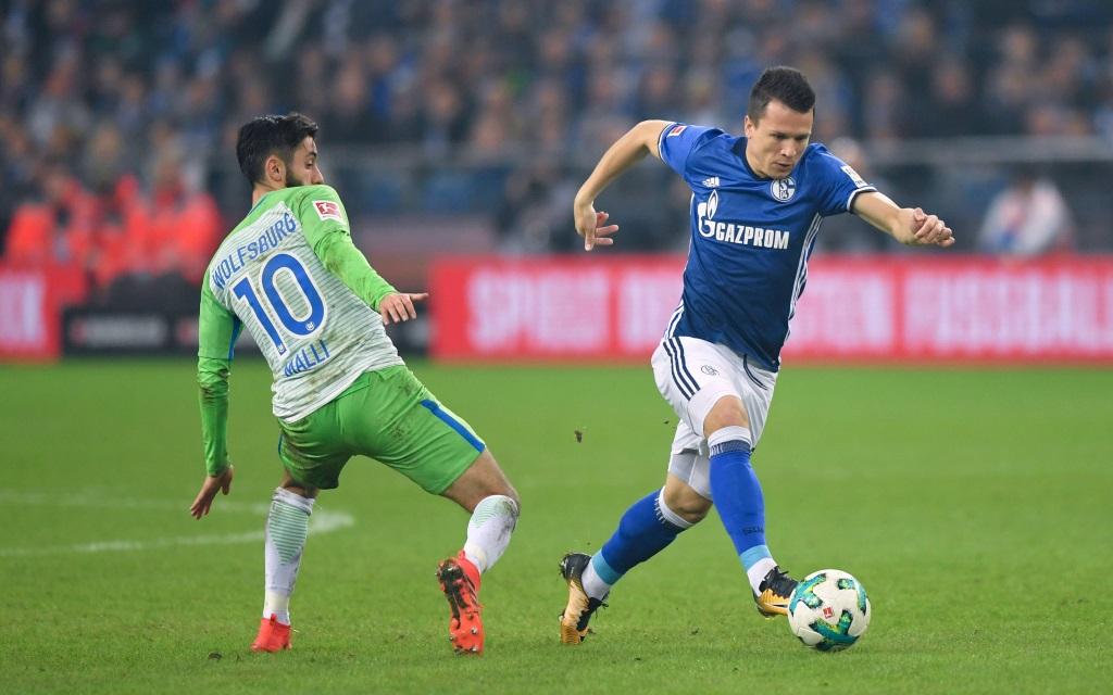 Yevhen Konoplyanka lässt Yunus Malli stehen im Spiel FC Schalke - VfL Wolfsburg.