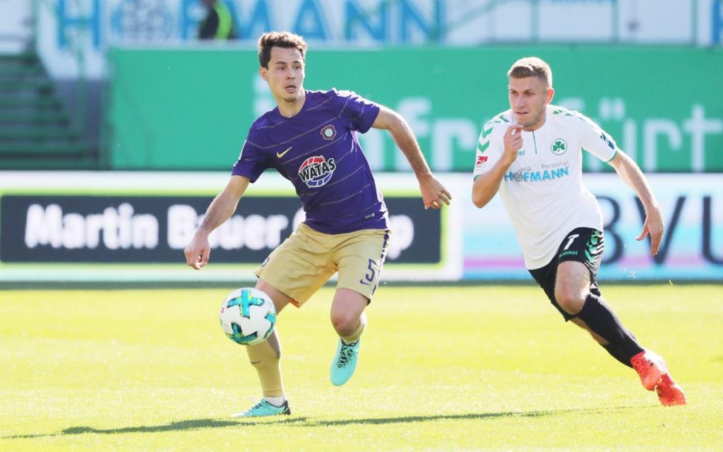 Clemens Fandrich im Laufduell mit Levent Aycicek im Ligaspiel Fürth - Aue Saison 2017/18.