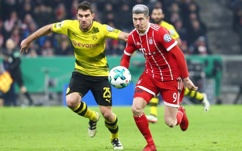 Sokratis und Robert Lewandowski im Pokalspiel FC Bayern - Borussia Dortmund.