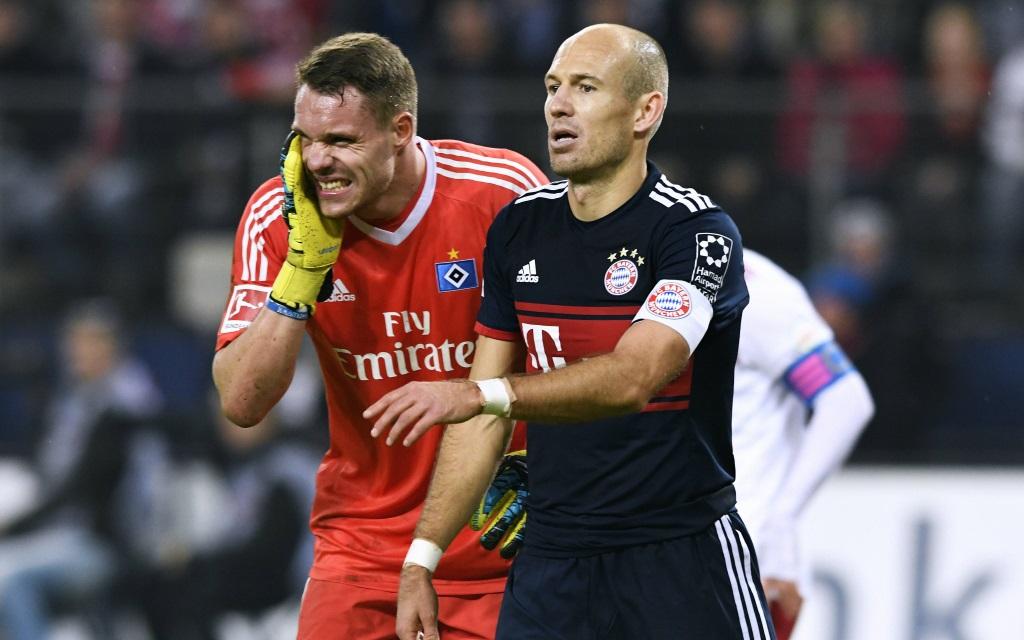 Arjen Robben und Christian Mathenia im Spiel Hamburger SV - FC Bayern in der Saison 2017/18.