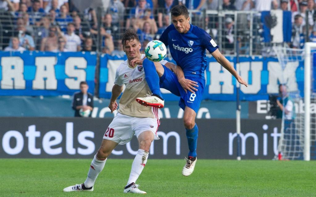 Stefan Kutschke und Anthony Losilla im Zweikampf im Ligaspiel VfL Bochum - FC Ingolstadt in der Saison 2017/18.