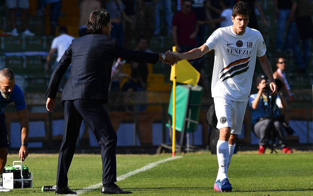 Filippo Inzaghi klatscht Stefano Moreo ab im Spiel Ternana - Venedig.