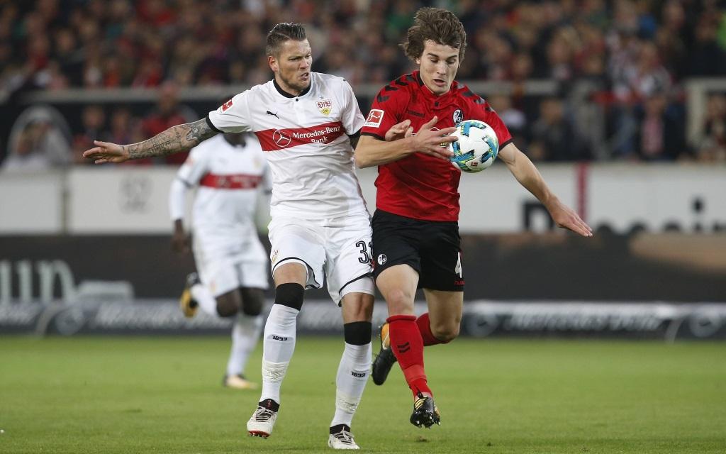 Daniel Ginczek im Zweikampf mit Caglar Söyüncü im Spiel VfB Stuttgart - SC Freiburg.