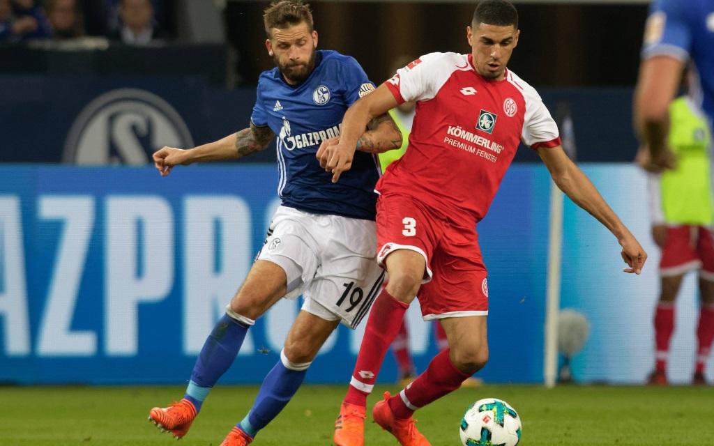 Guido Burgstaller im Zweikampf mit Leon Balogun im Ligaspiel der Saison 2017/18 FC Schalke 04 - FSV Mainz 05.