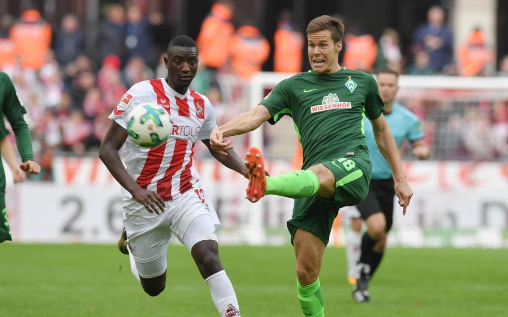 Sehrou Guirassy im Zweikampf mit Niklas Moisander im Spiel 1. FC Köln - Werder Bremen in der Saison 2017/18.