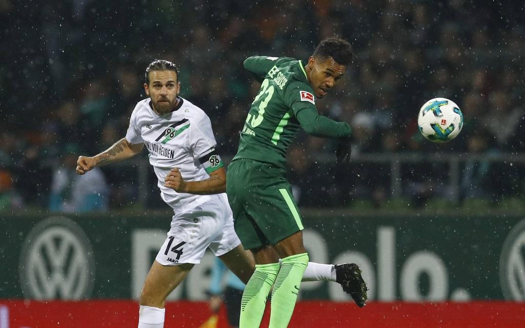 Martin Harnik (l., Hannover 96) im Zweikampf mit Theo Gebre Selassie (Werder Bremen).