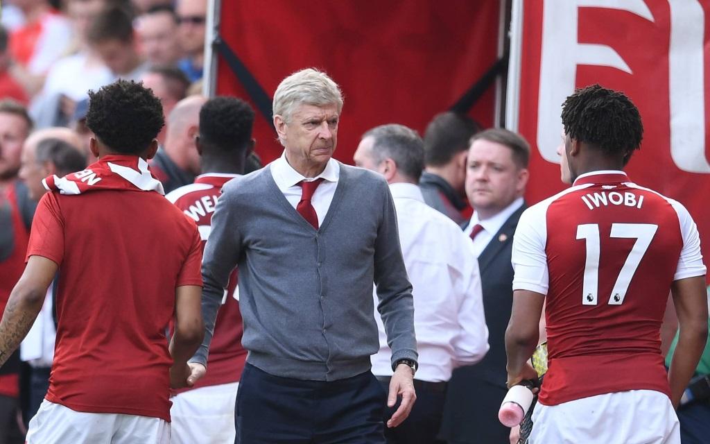 Arsene Wenger gratuliert seinen Spielern zum Sieg über West Ham United