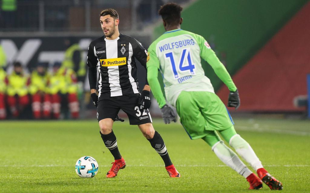 Vicenco Grifo wird von Divock Origi gestört im Spiel VfL Wolfsburg - Borussia Mönchengladbach.