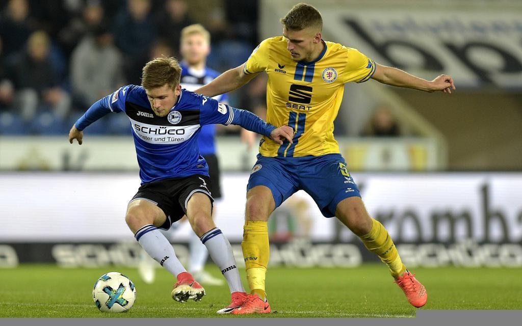 Patrick Weihrauch im Zweikampf mit Gustav Valsvik im Ligaspiel Arminia Bielefeld - Eintracht Braunschweig.