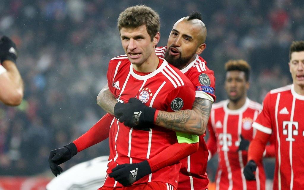 Arturo Vidal gratuliert Thomas Müller zum Tor gegen Besiktas. Darf er ihm auch zu Toren gegen Sevilla beglückwünschen?