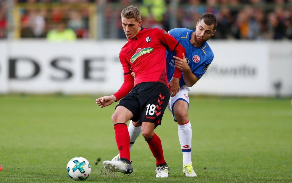 Nils Petersen in Zweikampf im Spiel SC Freiburg - FSV Mainz 05.