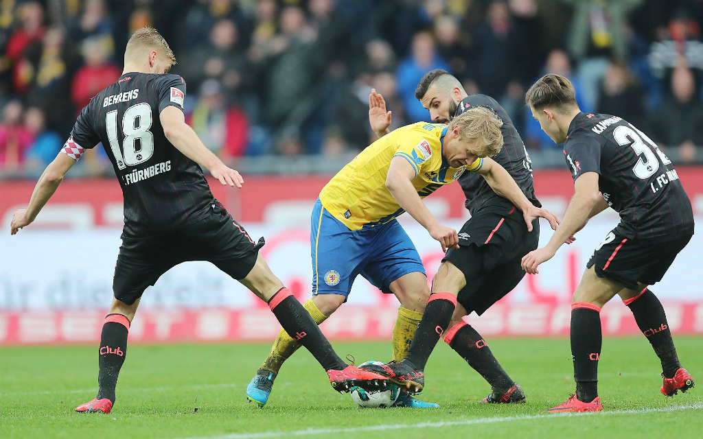 Schießt sich der Club in Richtung erste Liga? Mit vereinten Kräften stoppte der FCN im Hinspiel die Löwen und Jan Hochscheidt.