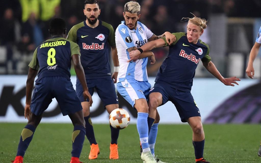 Luis Alberto wird von Salzburger Spielern in die Mangel genommen.