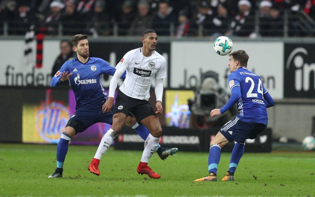 Sebastian Haller im Zweikampf mit zwei Schalkern im Ligaspiel Eintracht Frankfurt - FC Schalke 04 in der Saison 2017/18.