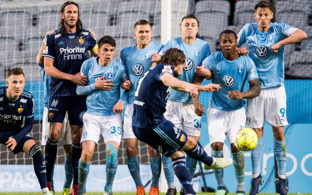 Kevin Walker tritt einen Freistoß im Ligaspiel Malmö FF - Djurgarden.