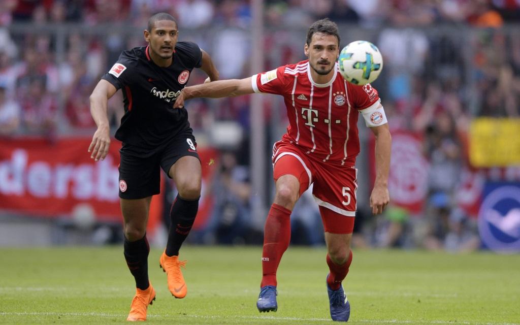 Mats Hummels im Laufduell mit Sebastien Haller im Ligaspiel FC Bayern - Eintracht Frankfurt Saison 2017/18.