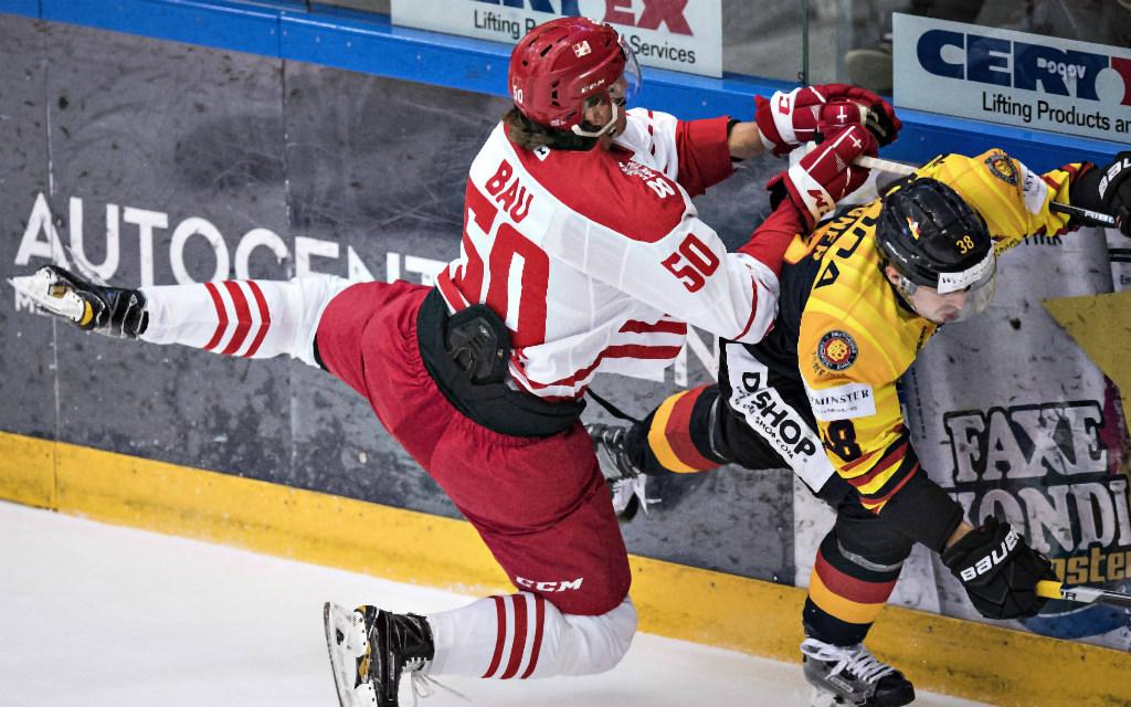 imago/Ritzau Scanpix | Mathias Bau Hansen (Dänemark, Nummer 50) und Fabio Wagner (Deutschland, Nummer 38) im Duell beim Testspiel für die Eishockey-WM, Dänemark gegen Deutschland in der SE Arena in Vojens am Freitag, 25. April 2018.