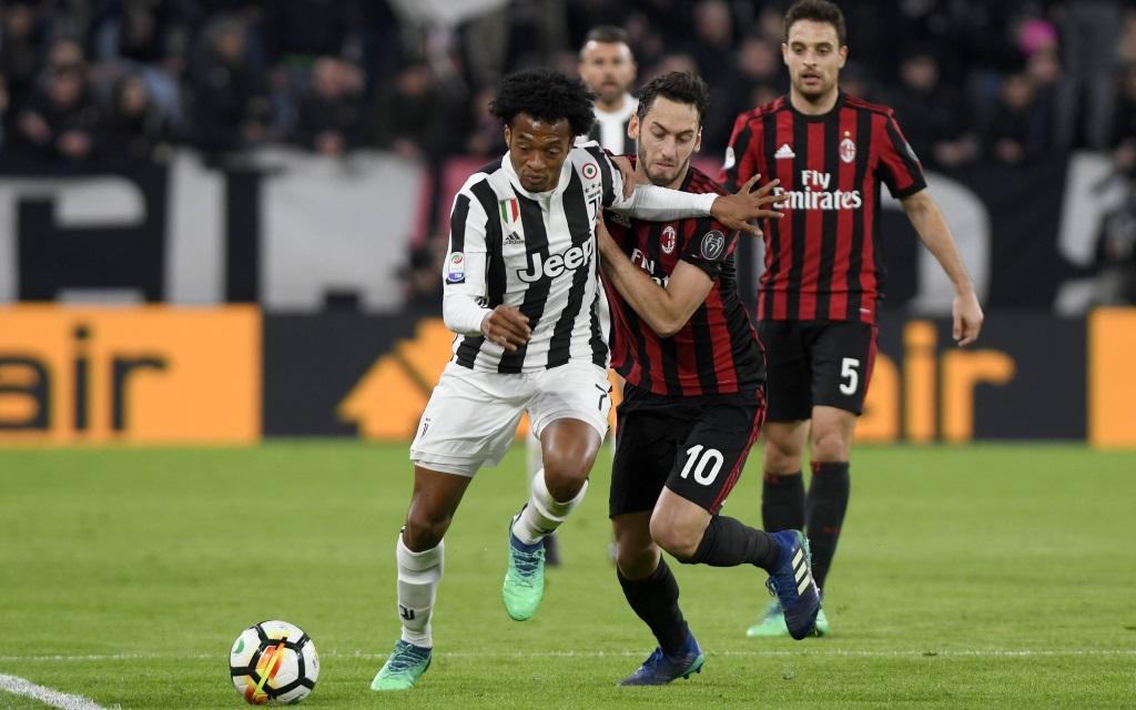 Juventus - Milan: Juan Cuadrado im Zweikampf mit Hakan Calhanoglu.