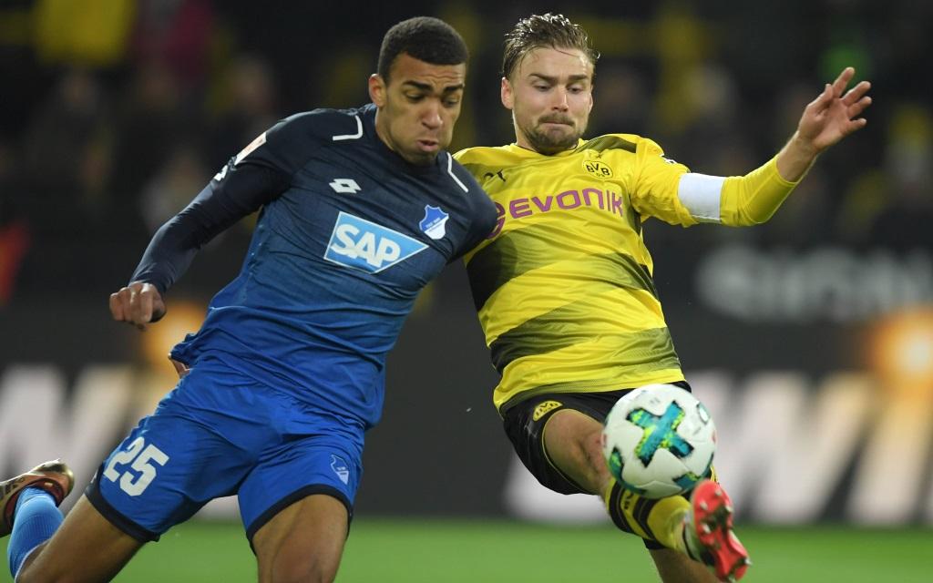 Kevin Akpoguma im Zweikampf mit Marcel Schmelzer im Spiel Borussia Dortmund - TSG Hoffenheim.